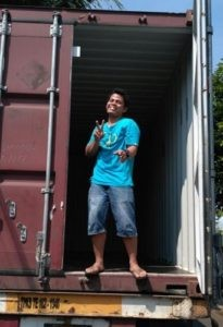Container 20 feet from the port of Semarang had to warehouse